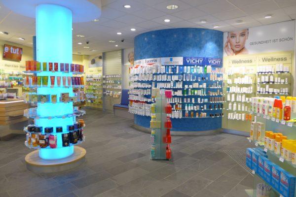 Verkaufsbereich mit gebogener Freiwahl, Apotheke Nördliches Ruhrgebiet, Firma AT Design Team.