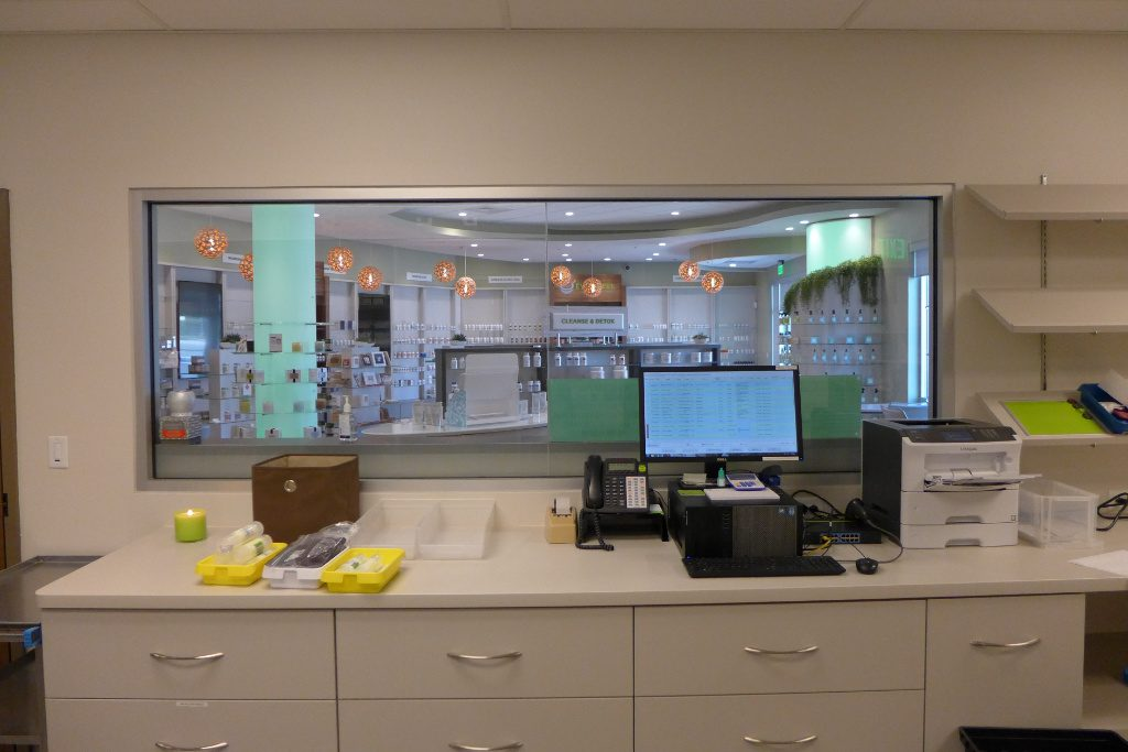 Blick vom Arbeitsbereich in die Apotheke, Everwell Pharmacy, Apotheke bei AT Design Team