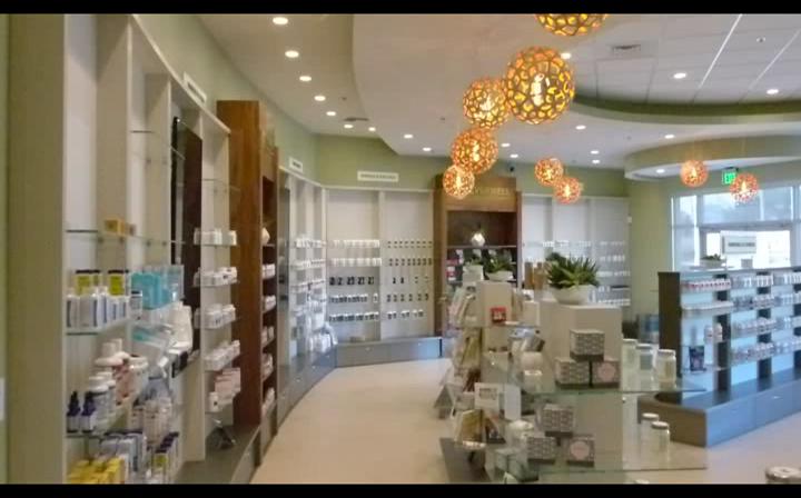 Entspanntes Wellness Ambiente im Verkaufsraum einer 1500m² großen Labor Apotheke in Pensacola, Florida.