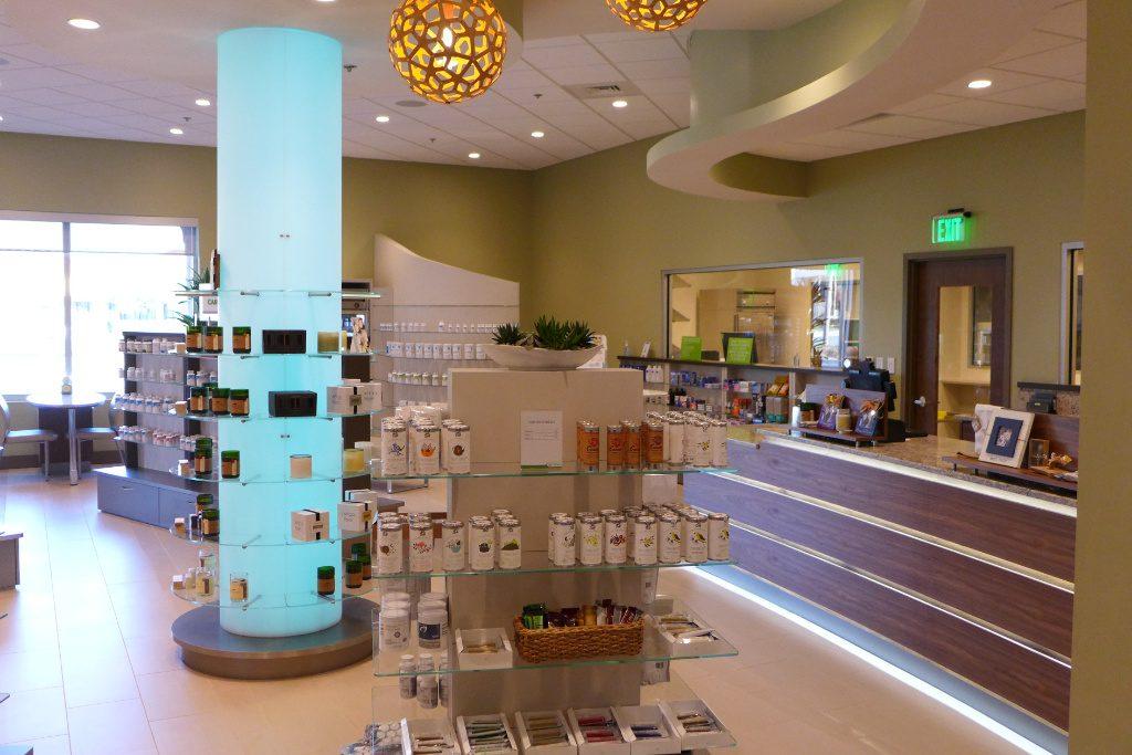 Lichtsäule und Conterfront, Everwell Pharmacy, Apotheke bei AT Design Team