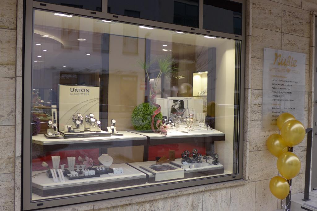 Schaufenster mit Drehelementen, Juwelier Nüsse, Firma AT Design Team.