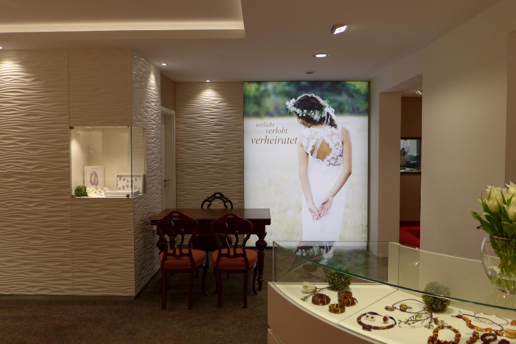 Trauringstudio mit Wellenwand, Juwelier Nüsse, Firma AT Design Team.