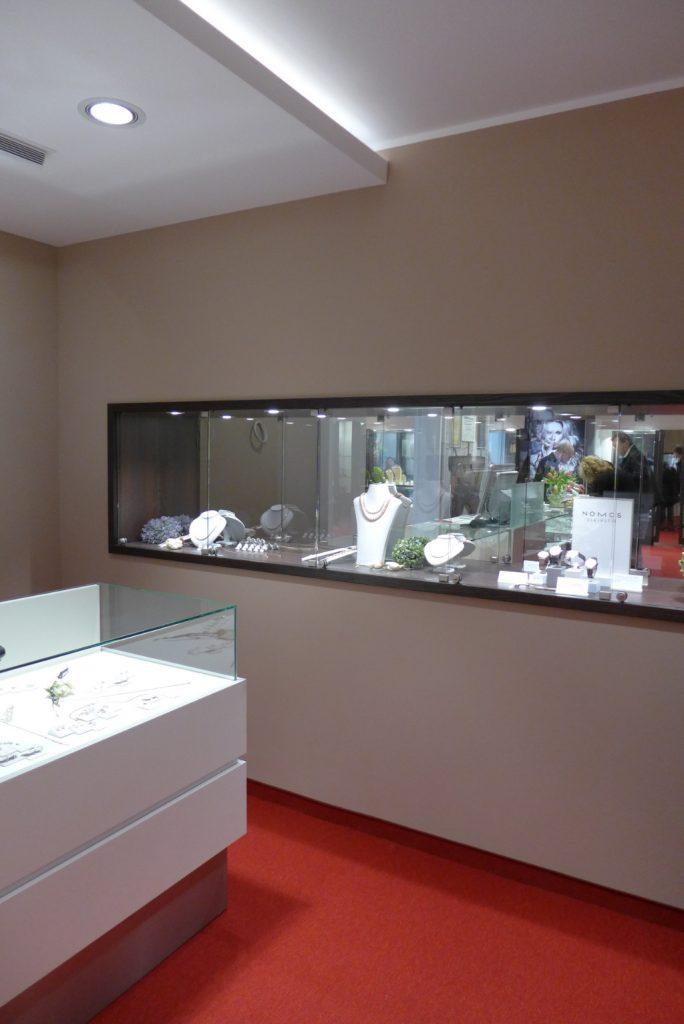 Wand mit integrierten Vitrinenband, Juwelier Nüsse, Firma AT Design Team
