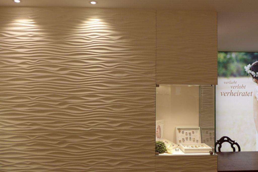 Wellenwand mit integrierter Glasvitrine, Juwelier Nüssle, Firma AT Design Team